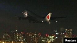Máy bay chính phủ Nhật Bản chở thi hài con tin bị sát hại và những người sống sót cất cánh rời phi trường Haneda ở Tokyo.