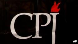 ສັນຍາລັກຄະນະກຳມະການປົກປ້ອງພວກນັກຂ່າວຫຼື CPJ ທີ່ເຫັນຢູ່ກອງປະຊຸມ ໃນນະຄອນບຣັສເຊີລສ໌ ປະເທດແບລຈ້ຽມ ວັນທີ 29 ກັນຍາ 2015.