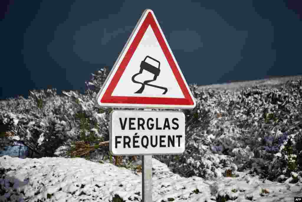 نصب تابلو جاده لغزنده است در غرب فرانسه