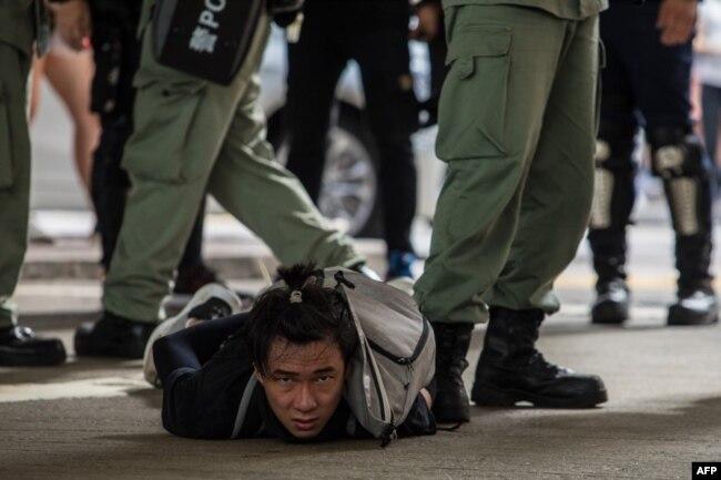 香港警察逮捕了一名参加反对港版国安法的示威者。(2020年7月1日)