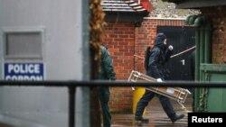 Các cảnh sát trong bộ đồ bảo hộ làm việc trong khu vực được vây kín mà ông Sergei Skripal đã ghé qua tại Salisbury, Anh.