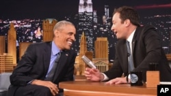 "Presiden Barack Obama (kiri) bersama Jimmy Fallon, pembawa acara ""The Tonight Show"" di Studio NBC, New York, (8/6)."