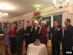 台湾驻美代表处2018年11月30日在双橡园举行圣诞树点灯仪式,台湾驻美代表高硕泰夫妇(左5、左6)与宾客举杯贺节(美国之音钟辰芳拍摄)