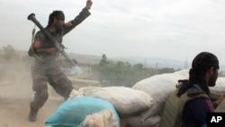 Tentara nasional Afghanistan terlibat pertempuran dengan pemberontak Taliban di provinsi Kunduz April lalu (foto: dok).