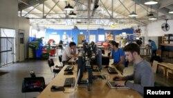 設計人員在舊金山南市場區的TechShop的電腦站工作。(資料圖片)