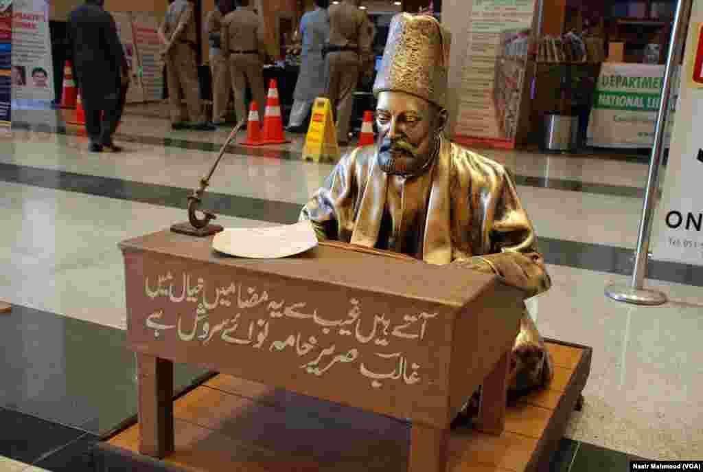 اردو کے نابغہ روزگار شاعر غالب کا مجسمہ بھی میلے میں آنے والوں کی توجہ کا خاص مرکز ہے