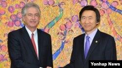 윌리엄 번즈 미국 국무부 부장관(왼쪽)이 27일 오후 서울 종로구 도렴동 외교부 청사에서 윤병세 장관과 악수를 하고 있다