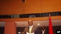 Abel Chivukuvuku, discursando, em Luanda, no encerramento da Convenção Constitutiva da CASA, a 3 de Abril de 2012