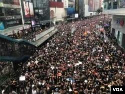 6.16 黑色反送中大游行起步,游行人士挤满铜锣湾的主要行车路(美国之音汤惠芸摄)