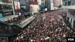 6.16 黑色反送中大遊行起步,遊行人士擠滿銅鑼灣的主要行車路(美國之音湯惠芸攝)