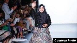 Perancang Mode Anniesa Hasibuan mendapatkanstanding ovationlebih dari1.500 orang tamu dalamNew York Fashion Week (NYFW) (foto: courtesy).