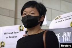 香港电台编导蔡玉玲在法庭外与记者见面