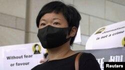 香港獲獎記者蔡玉玲在法庭外會見記者。(2021年4月22日)