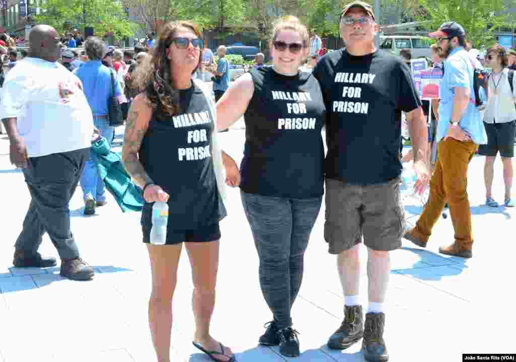 """Apoiantes de Trump vestindo t-shirts com os dizeres: """"Hillary para Prisão"""". Convenção Republicana. Cleveland, Ohio. 19 Jul, 2016"""