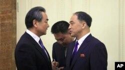 Ngoại trưởng Trung Quốc, Vương Nghị, được Thứ trưởng Ngoại giao Triều Tiên Ri Kil Song đón tại sân bay Bình Nhưỡng, Triều Tiên, ngày 2/5/18.
