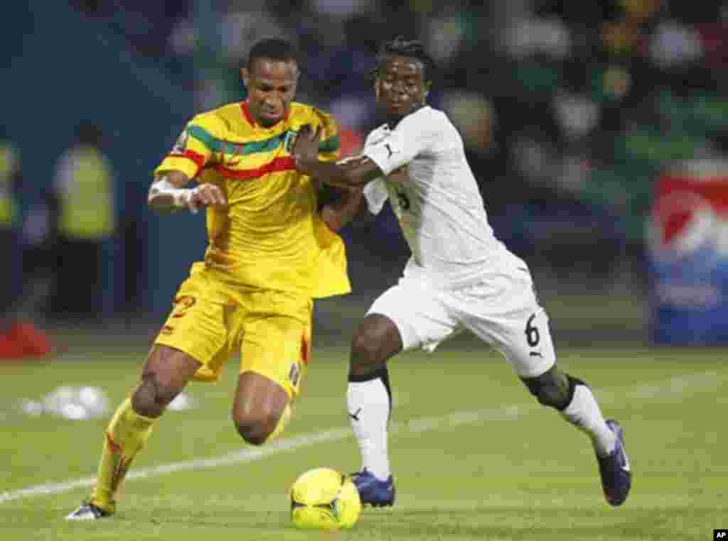 Mali's Seydou Keita (L) challenges Ghana's Emmanuel Agyemang Badu during their African Nations Cup Group D soccer match in Franceville Stadium January 28, 2012.