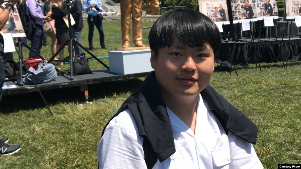 """中国90后留学生德瑞可・于2019年出席了在华盛顿国会山脚下举行的""""坦克人""""雕像揭幕仪式"""