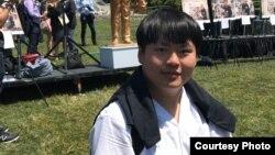 """中国90后留学生德瑞可·于2019年出席了在华盛顿国会山脚下举行的""""坦克人""""雕像揭幕仪式"""