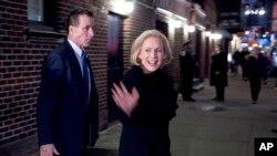 """La senadora demócrata Kirsten Gillibrand sale del teatro Ed Sullivan, luego de grabar una entrevista en """"The Late Show with Steven Colbert"""", el martes 15 de enero de 2019."""