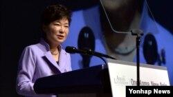 박근혜 한국 대통령이 3일 서울 중구 동호로 신라호텔에서 열린 '아시안 리더십 콘퍼런스' 개회식에서 축사를 하고 있다.