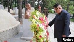 北韓領導人金正恩前往中國志願軍墓地參觀並向韓戰中犧牲的毛澤東之子毛岸英墓地獻花默哀。(2018年7月27日)