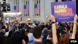 Hơn hai vạn người đã tham dự buổi mít-tinh phát động tranh cử tổng thống của Thượng Nghị sĩ Kamala Harris. (Ảnh: Bùi Văn Phú)