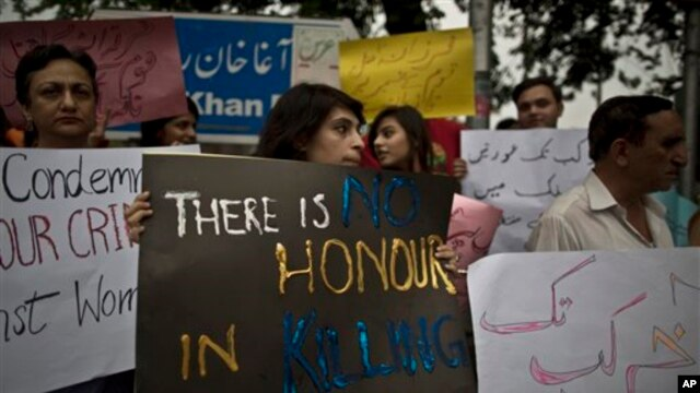 Members of Pakistan's civil society condemn the killing of pregnant woman Farzana Parveen, who was stoned to death in Islamabad, May 29, 2014.