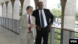 El canciller de Brasil, Celso Amorim y el representante de Comercio de Estados Unidos, embajador Ron Kirk en su encuentro en Brasília meses atrás.