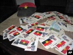 Cartões de militantes do MPLA que, segundo a UNITA, mudaram de partido no Huambo
