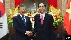 문재인 한국 대통령(왼쪽)이 23일 베트남 하노이 주석궁에서 열린 공동기자회견을 하기에 앞서 쩐 다이 꽝 베트남 국가주석과 악수하고 있다.