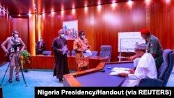 Le président nigérian Muhammadu Buhari se prépare à prononcer un discours télévisé à Abuja, au Nigeria, le 22 octobre 2020.