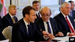 وزیر خارجه فرانسه(وسط) در کنار وزیر خارجه آمریکا و رئیس جمهوری فرانسه(چپ)