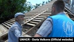 Службовець УВКБ ООН у розмові з Петром, мешканцем Луганщини