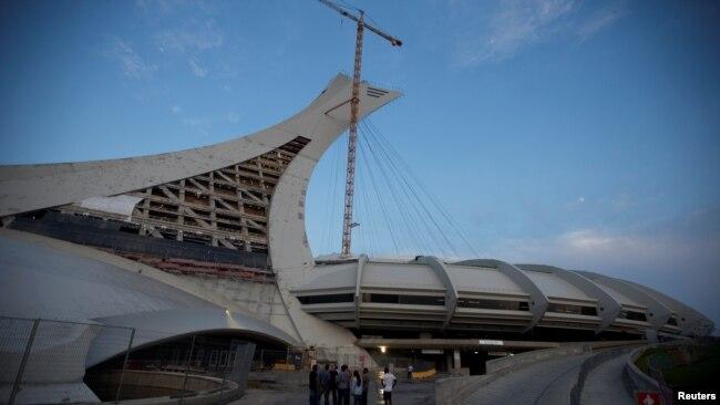 El estadio olímpico de Montrael es uno de los lugares donde se ofrece refugio temporal y alimentos a los recién llegados.
