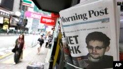 "Media ""Morning Post"" yang dijual di sebuah toko di Hong Kong, Kamis (13/6) menampilkan berita terkait Edward Snowden di halaman depan."