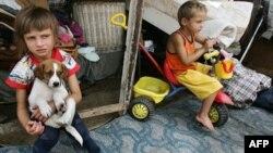 """Dvoje od šestoro dece Roma Miće Tulipovića u """"kartonskom naselju"""" su među stotinama drugih koji su primorani da se isele iz svojih privremenih domova (arhiva)"""