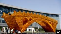2017年4月18日,工人们在中国国家会议中心外头的平台上,为丝绸之路黄金大桥装置缆线。北京将于国家会议中心举办一带一路峰会。