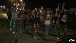 晚间的抗议活动基本平和,抗议人数逐渐减少。(美国之音杨晨拍摄)
