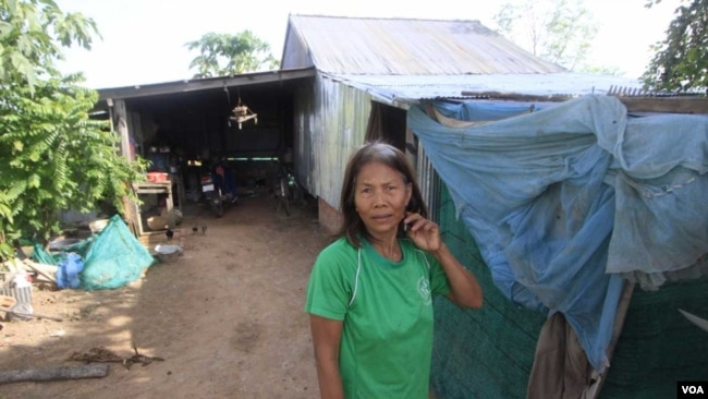 Oam Samath, 65, says she can't afford to connect her house to the electricity grid, Siem Reap, Cambodia, August 8, 2017. (Sun Narin/VOA Khmer)
