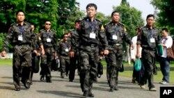 Pimpinan militer pemberontak Kachin Mayjen Guan Maw (tengah) dan para perwakilan dari pemberontak Kachin tiba di kota Myitkyina untuk pembicaraan dengan pemerintah Burma (28/5),