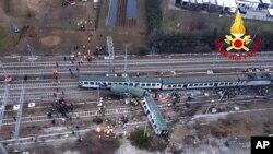 Foto dari udara yang dirilis oleh petugas pemadam kebakaran Italia, Vigili del Fuoco ini, menunjukkan beberapa gerbong kereta api keluar dari relnya di stasiun Pioltello Limito, luar kota Milan, Italia, 25 Januari 2018.