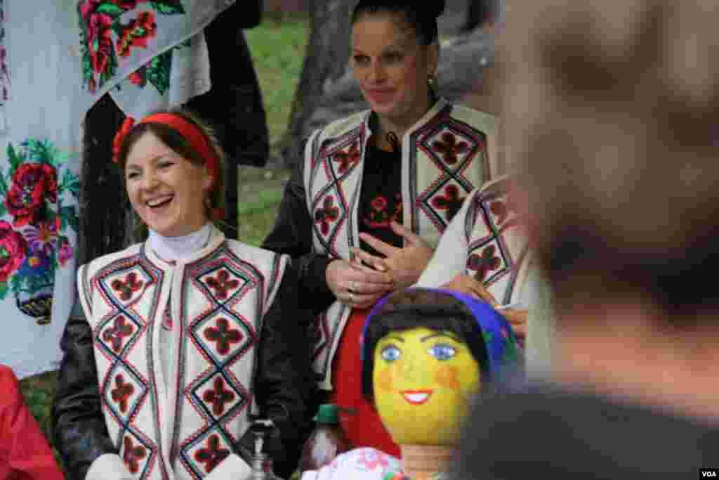 Украинские танцы и пляски, продавцы в национальных костюмах, к дерунам – разливная недорогая водка и настойки, – и даже дождь не смог помешать празднику.
