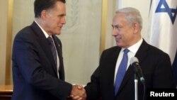 ທ່ານ Benjamin Netayahu ນາຍົກລັດຖະມົນຕີອິສຣະແອລ (ຂວາ) ຈັບມືກັບ ທ່ານ Mitt Romney ໃນຂະນະທີ່ພົບປະກັນ ທີ່ກຸງ Jerusalem ໃນວັນອາທິດມື້ນີ້ ທີ 29 ກໍລະກົດ, 2012