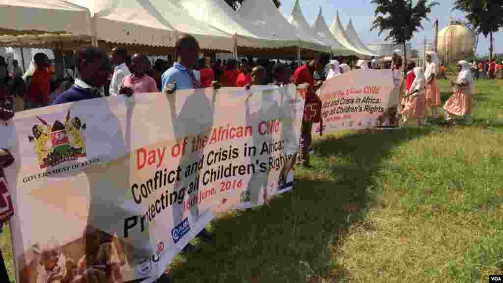 Des enfants avec une longue bannière en main au kenya lors d'une manifestion pour la journée internationale de l'enfant africain, le 16 juin 2016.