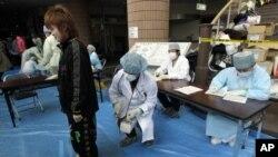 医务人员正在给担心受到辐射的人们进行检查