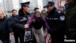 ထင္ရွားတဲ့ ဒီမိုကေရစီေရးလႈပ္ရွားသူXu Zhiyong ကိုေထာက္ခံသူတဦး အဖမ္းခံရစဥ္