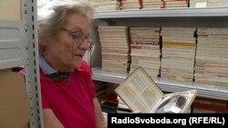 Іванна Ребет показує радійні записи на плівці