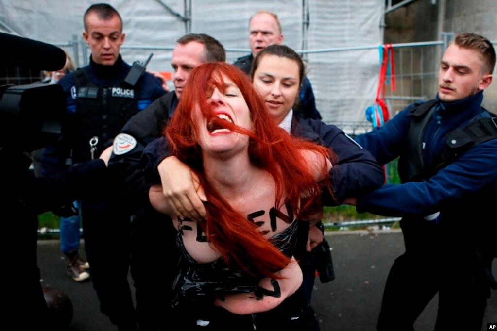 5月7日投票日,法國北部的一個女權組織的示威者被警察帶走