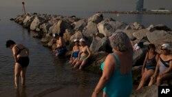 Las personas en Barcelona buscan lugares donde ir para refrescarse debido a las altas temperaturas.