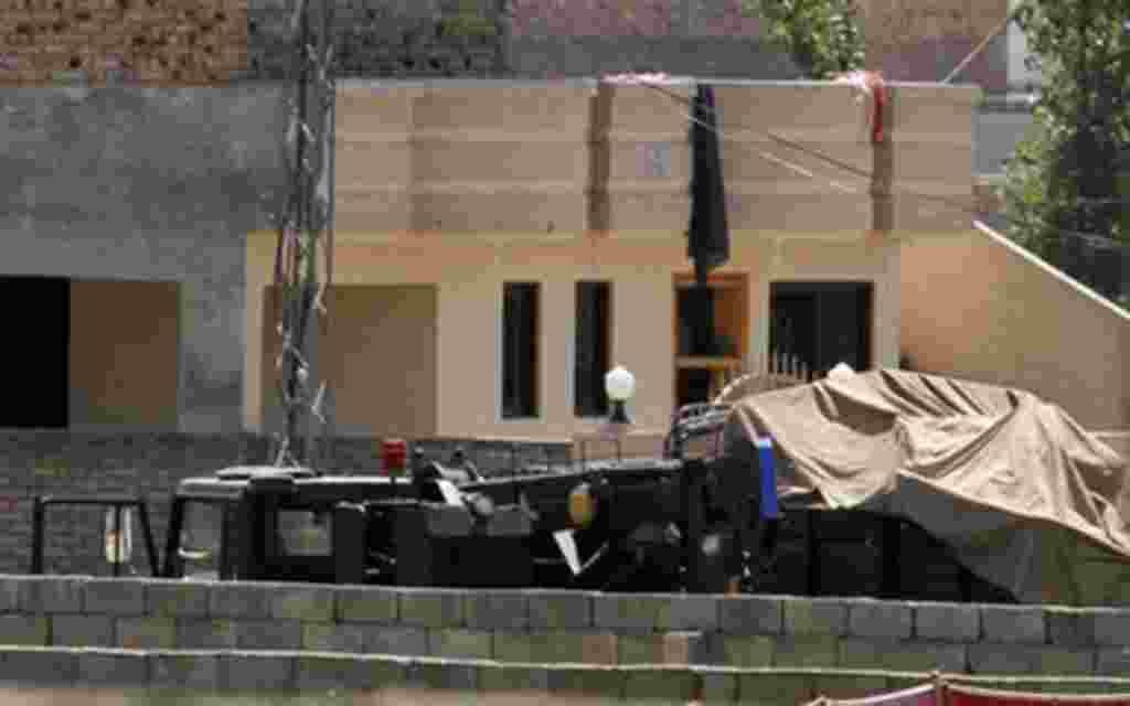 Los vehículos están estacionados dentro del recinto de una casa donde se cree que vivió Osama bin Laden en Abbottabad, Pakistán.